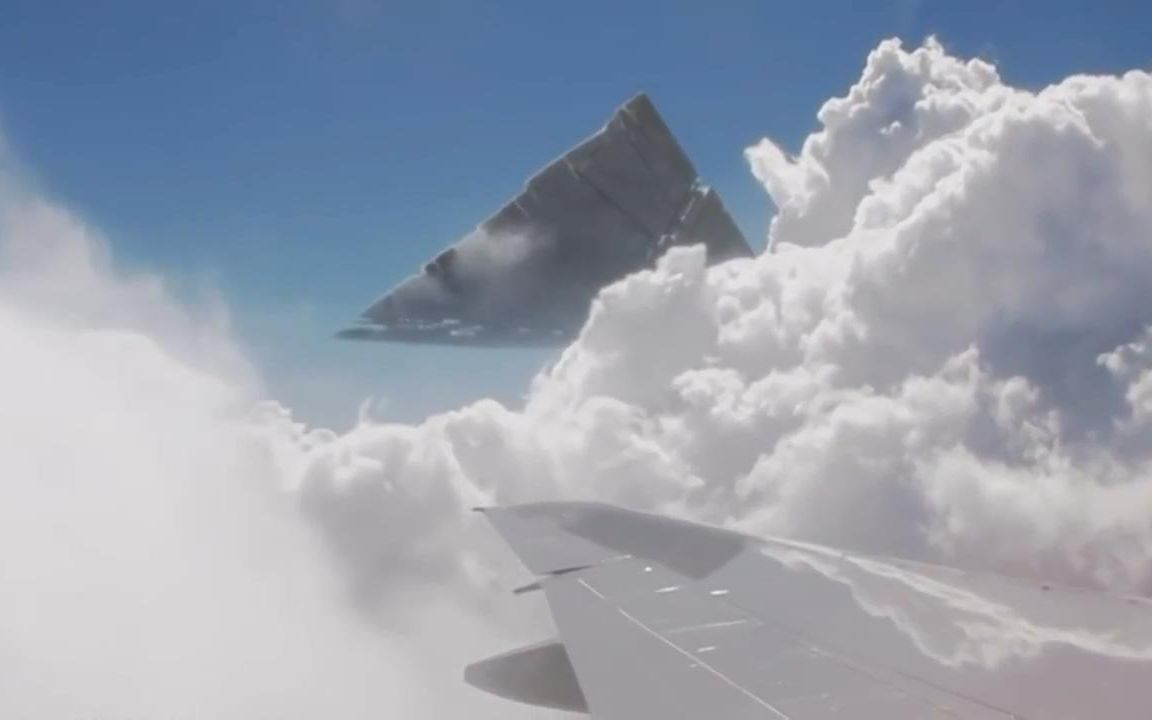飞机上拍摄到的金字塔ufo