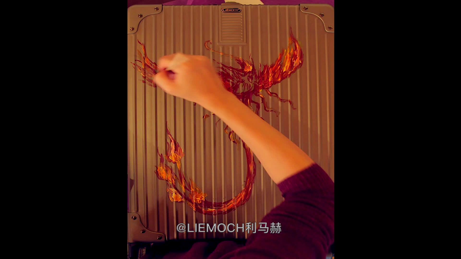 """美女手绘油画师的倾情""""奉献""""利马赫http://www.liemoch.com金属智能旅行箱"""