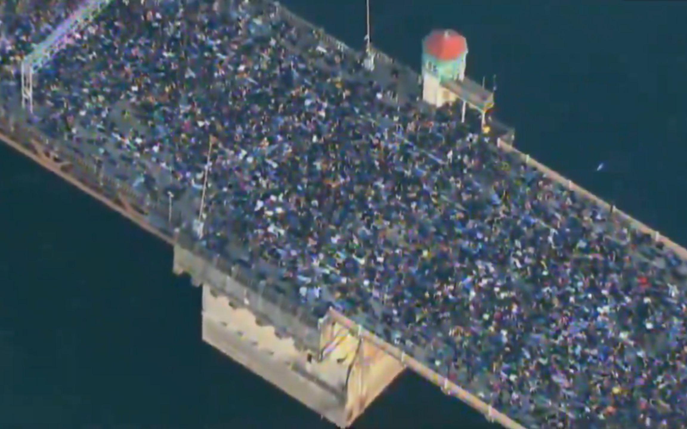 场面震撼!数以千计抗议者趴倒一片 模仿黑人男子生前最后姿势