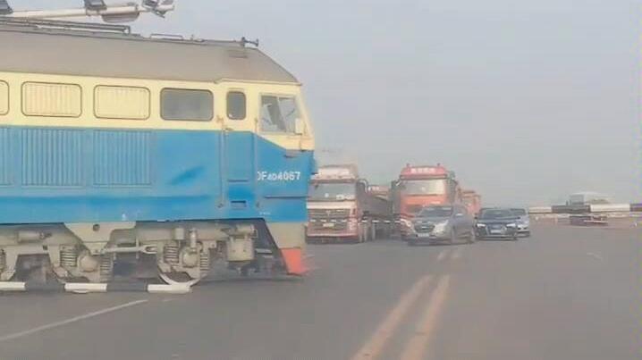 一个能在马路上行驶的火车