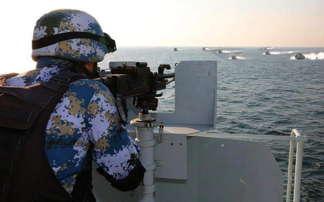 索马里海盗44条快艇将中国军舰包围!网友:你们是来送人头的?