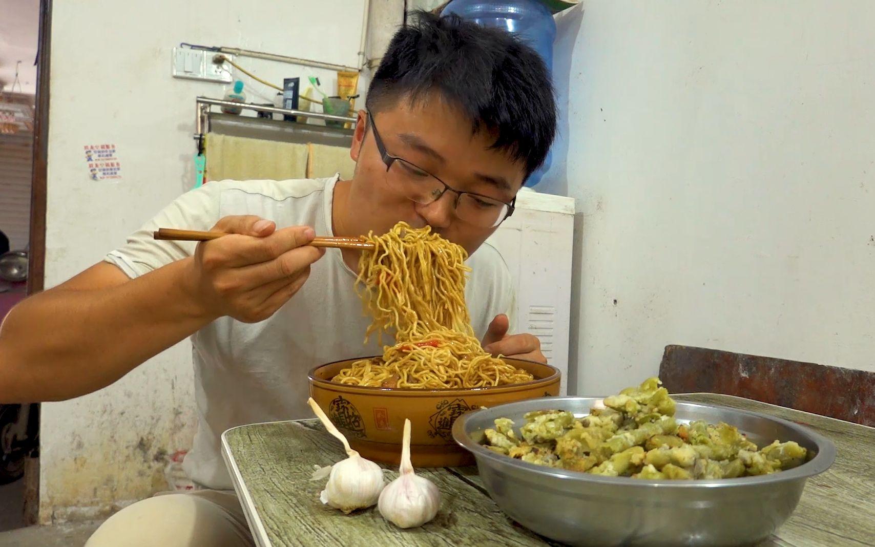一锅黄焖鸡焖面,一盆生煎豆角,大sao做的创新面条,配大蒜真香