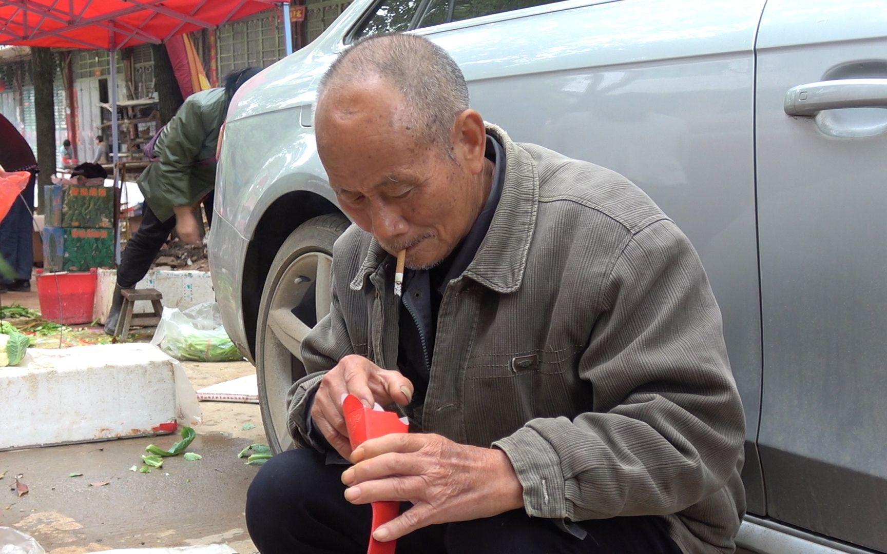 80岁老爷爷讲述被日本人追着打,凌晨4点卖菜陌生人给他红包