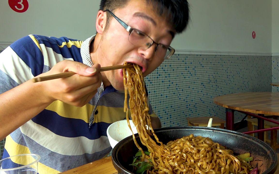 大sao下馆子,48元的铁锅牛肉焖面配腐竹汤,老板娘吃蒜厉害