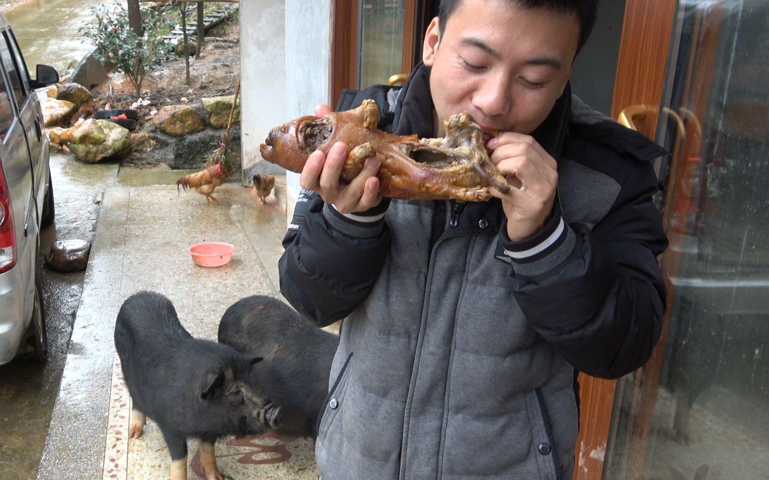 华农兄弟:这只竹鼠影响其它竹鼠睡觉,只好把它先煎后蒸再煮