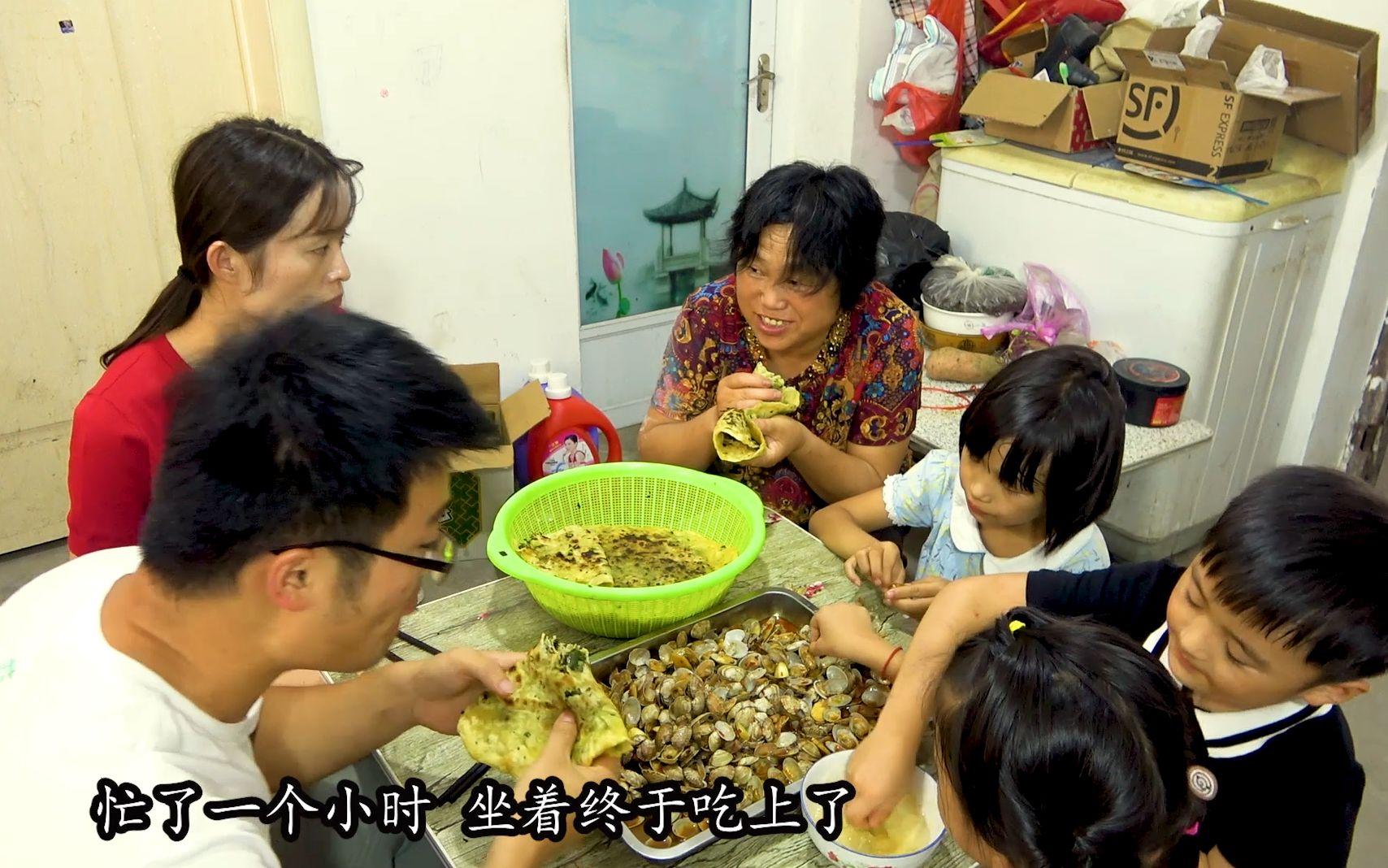 四斤香辣花甲,一筐韭菜盒子,侄女来家做客,大sao这一顿吃过瘾