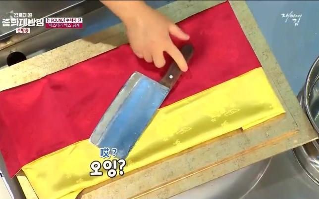 韩国评委质疑中餐刀做不好生鱼片,大师的表现啪啪啪打脸现场评委