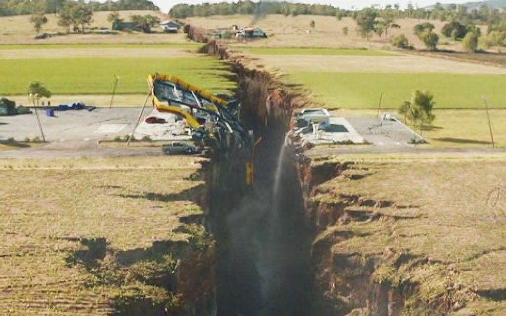 高分灾难片末日崩塌,美国发生大地震,出现一条深不见底的裂缝!