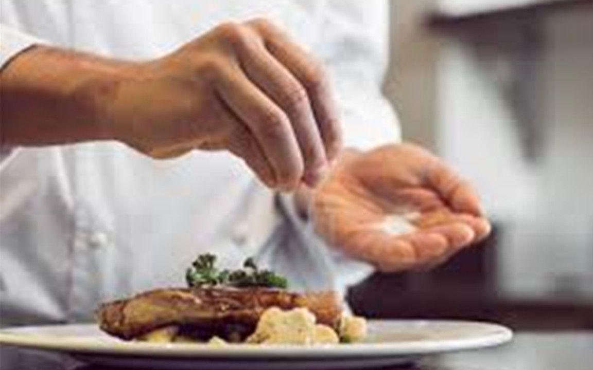 为什么厨师炒菜时,放的味精比盐要多几倍?图片