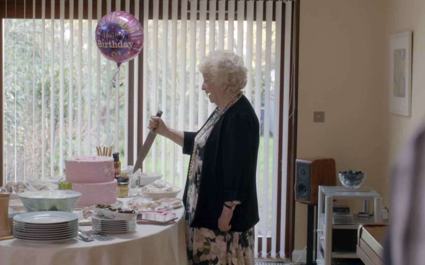 女儿躲进蛋糕底下,想给老母亲生日惊喜,却不料母亲直接一刀切下