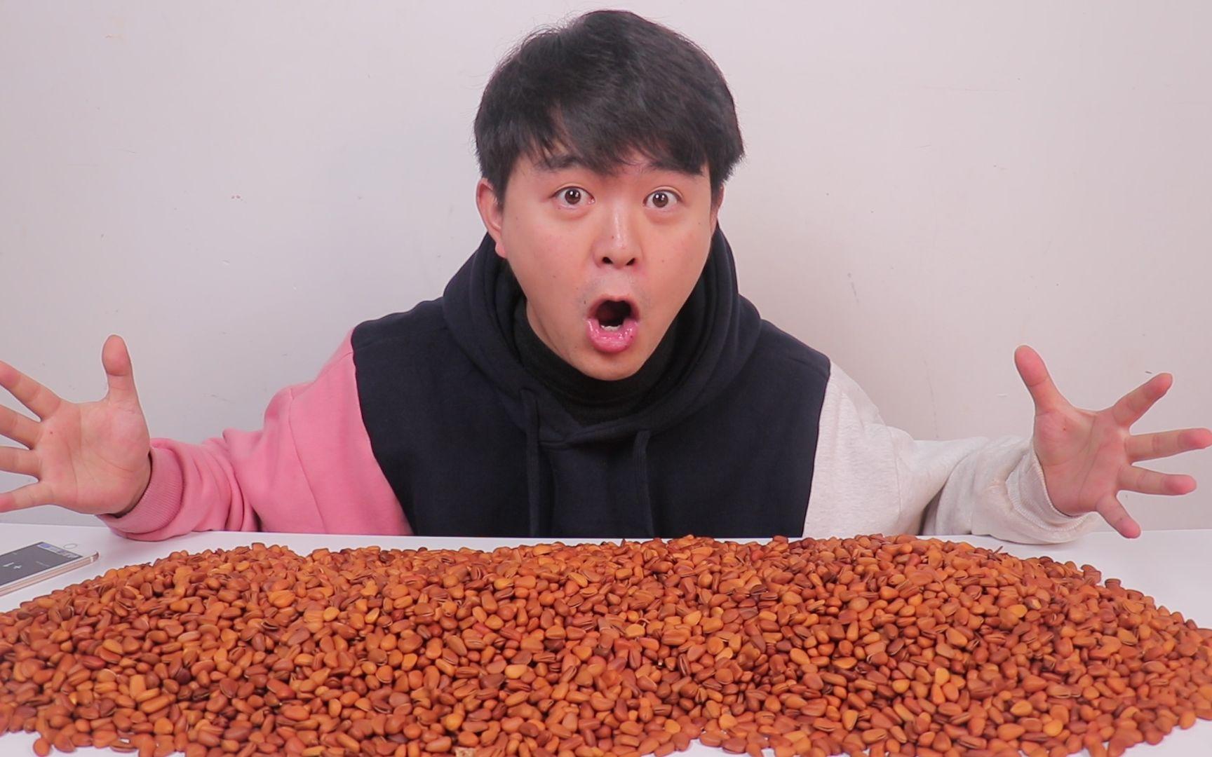 小伙买了十斤松子,挑战只吃松子能让人吃饱吗,结果快吃自闭了