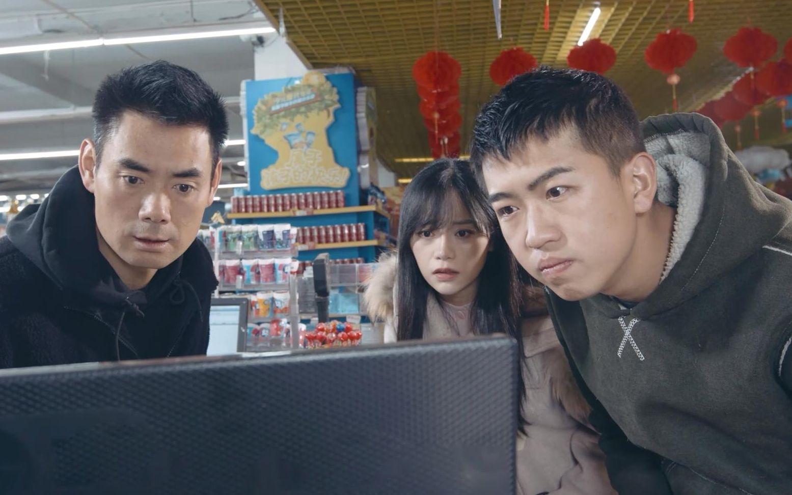 陈翔六点半:小情侣非说杂货铺老板没找钱,看监控后傻眼了!