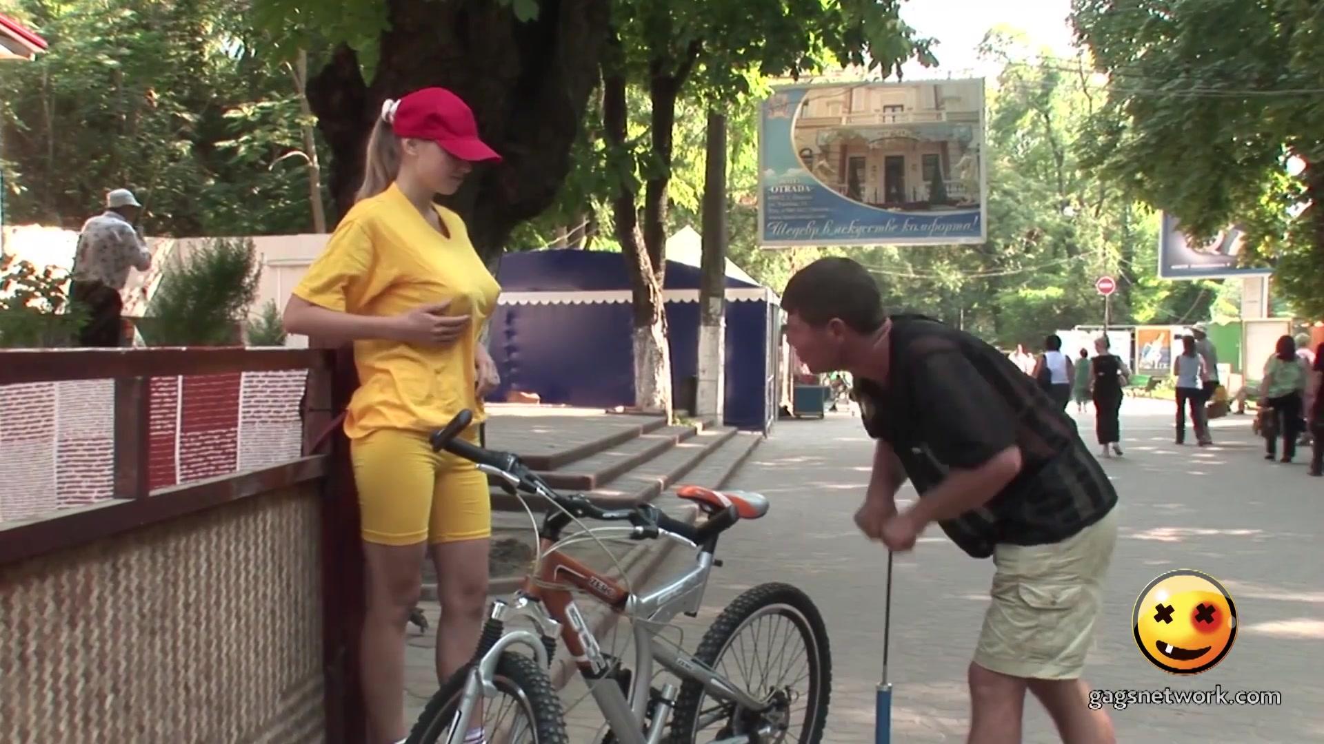 【恶搞】给美女的自行车打气,结果路人看呆了!