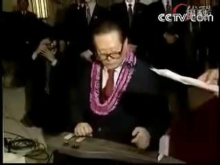 【历史影像】1997年10月江泽民主席在檀香山演奏夏威夷吉他