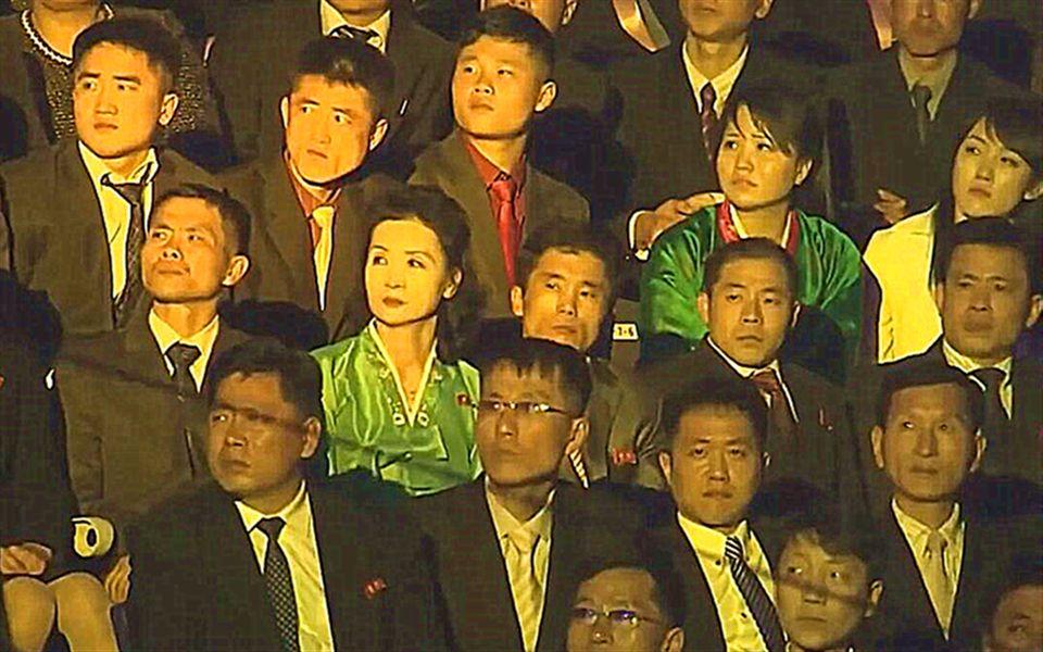 史诗级尴尬现场!韩国火辣女团朝鲜演出,观众一脸呆滞十分诡异!这是被绑架了?