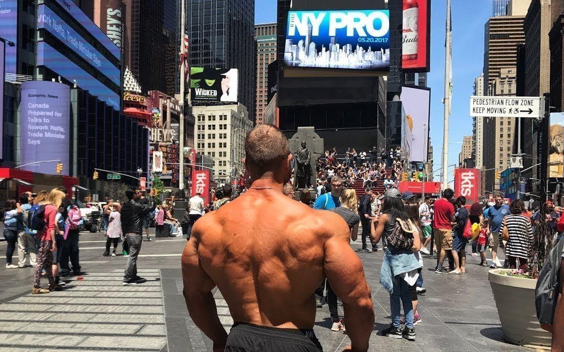 肌肉男集体出没街头,会引起什么反应?