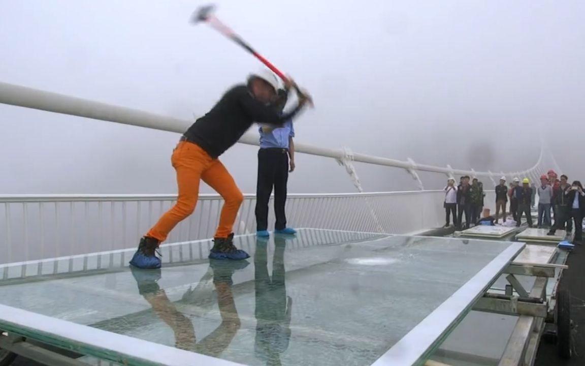 中国玻璃桥砸不碎?英国记者不信邪,猛砸十几锤,累得跪倒在地