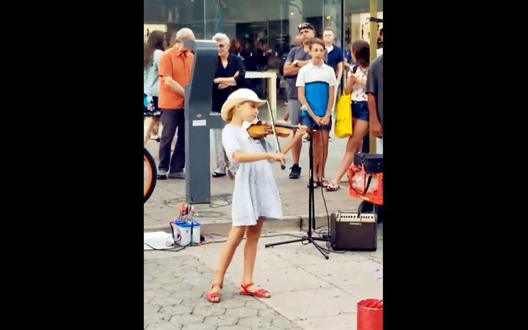 路人围观,9岁小女孩街头演奏Despacito神曲!