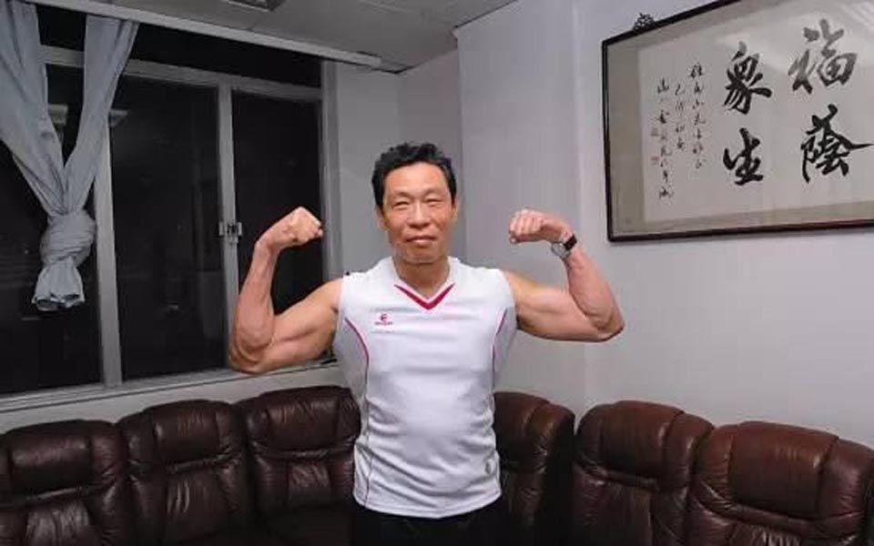 看看83岁的钟南山院士这体格!一身肌肉就是年轻人也羡慕不已