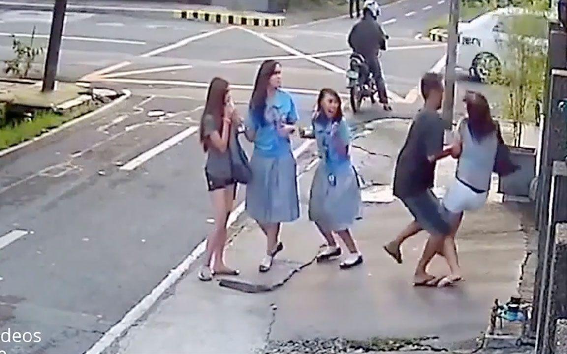 【科技微讯】监控录像:街头强抢女学生