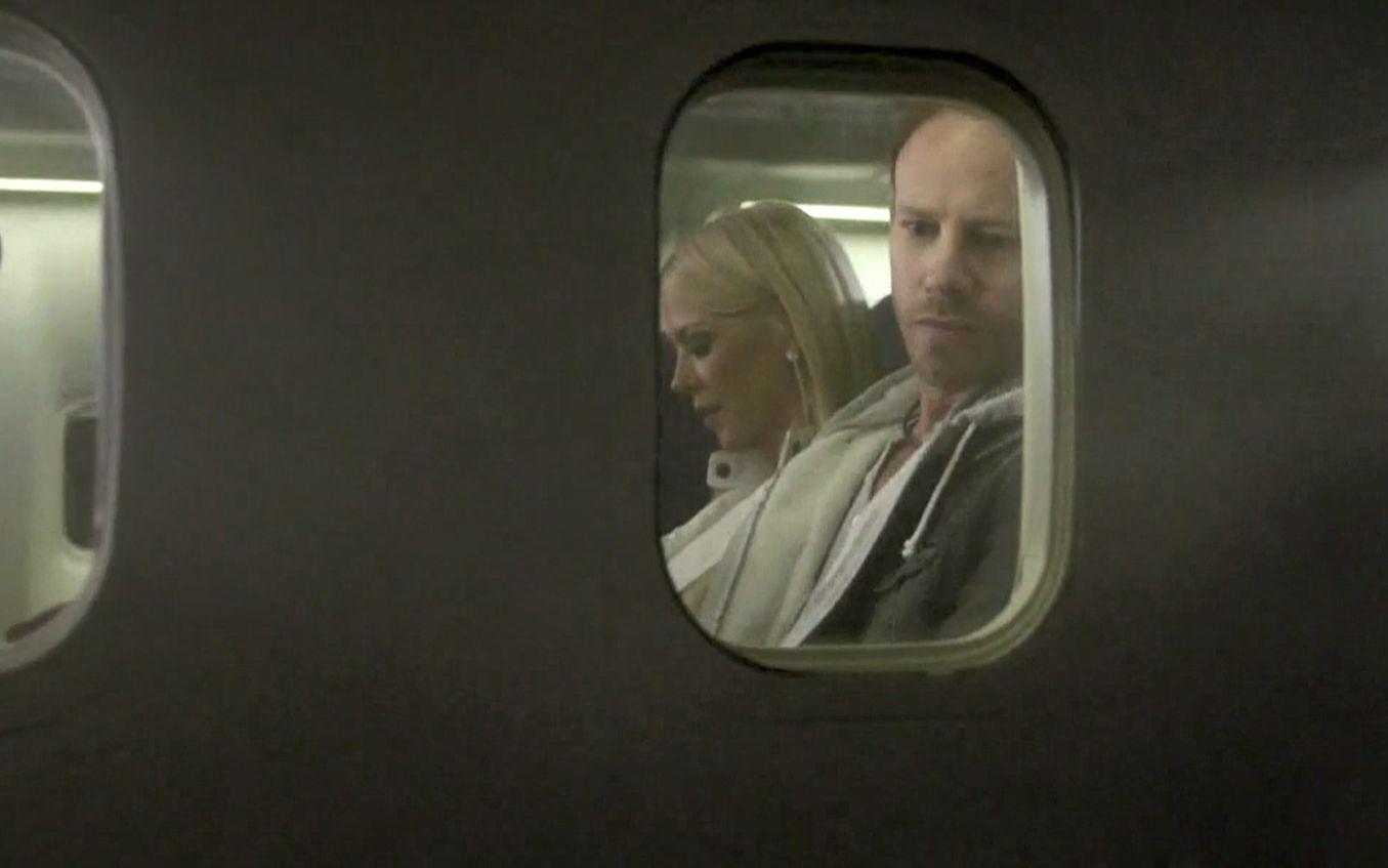 男的在飞机上看到鲨鱼,大喊救命,飞机上的人以为他疯了