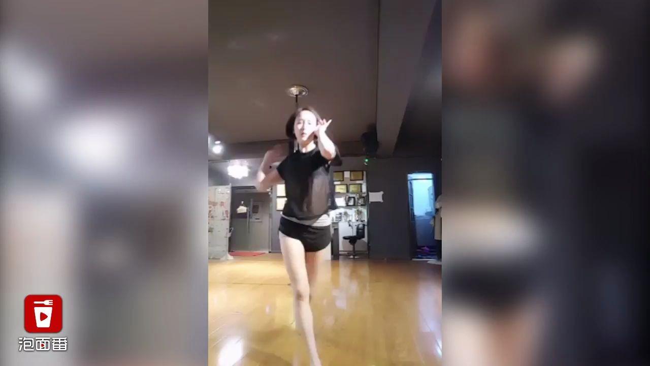 钢管舞小姐姐性感舞蹈魅惑众生 一看就停不下來
