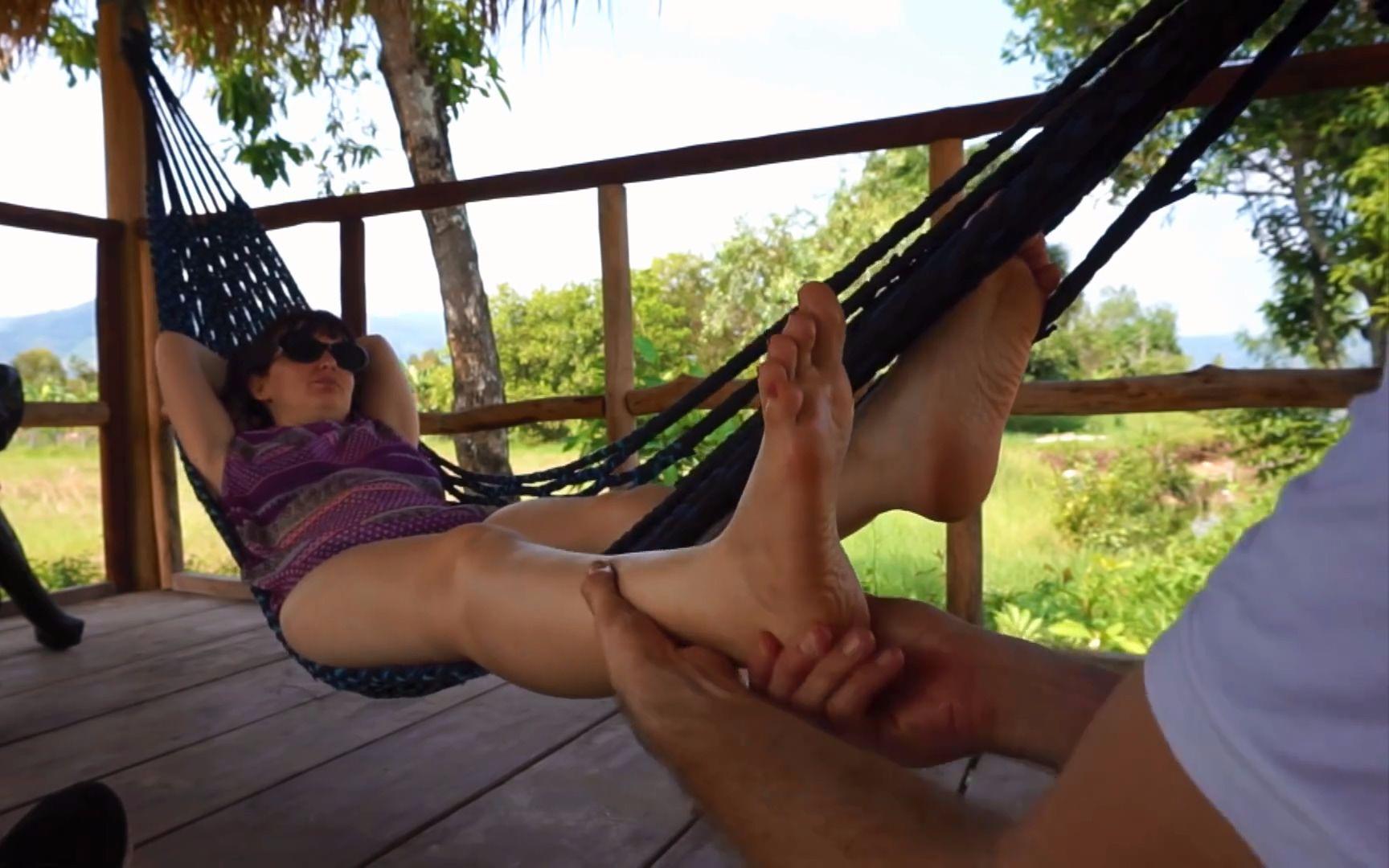 足底按摩 - The most chilled Oil Foot massage on a hammock