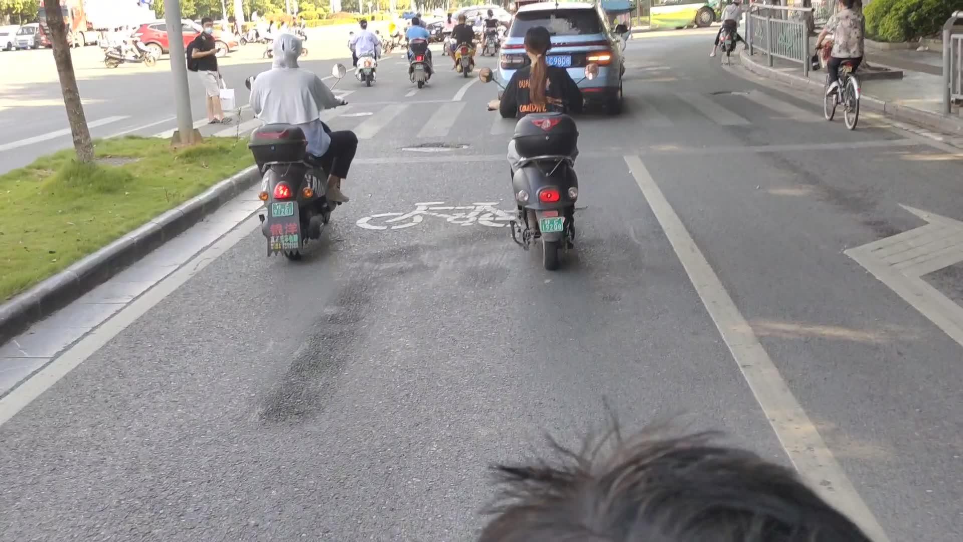 在桂林,机动车占用非机动车道,怎么就没人管