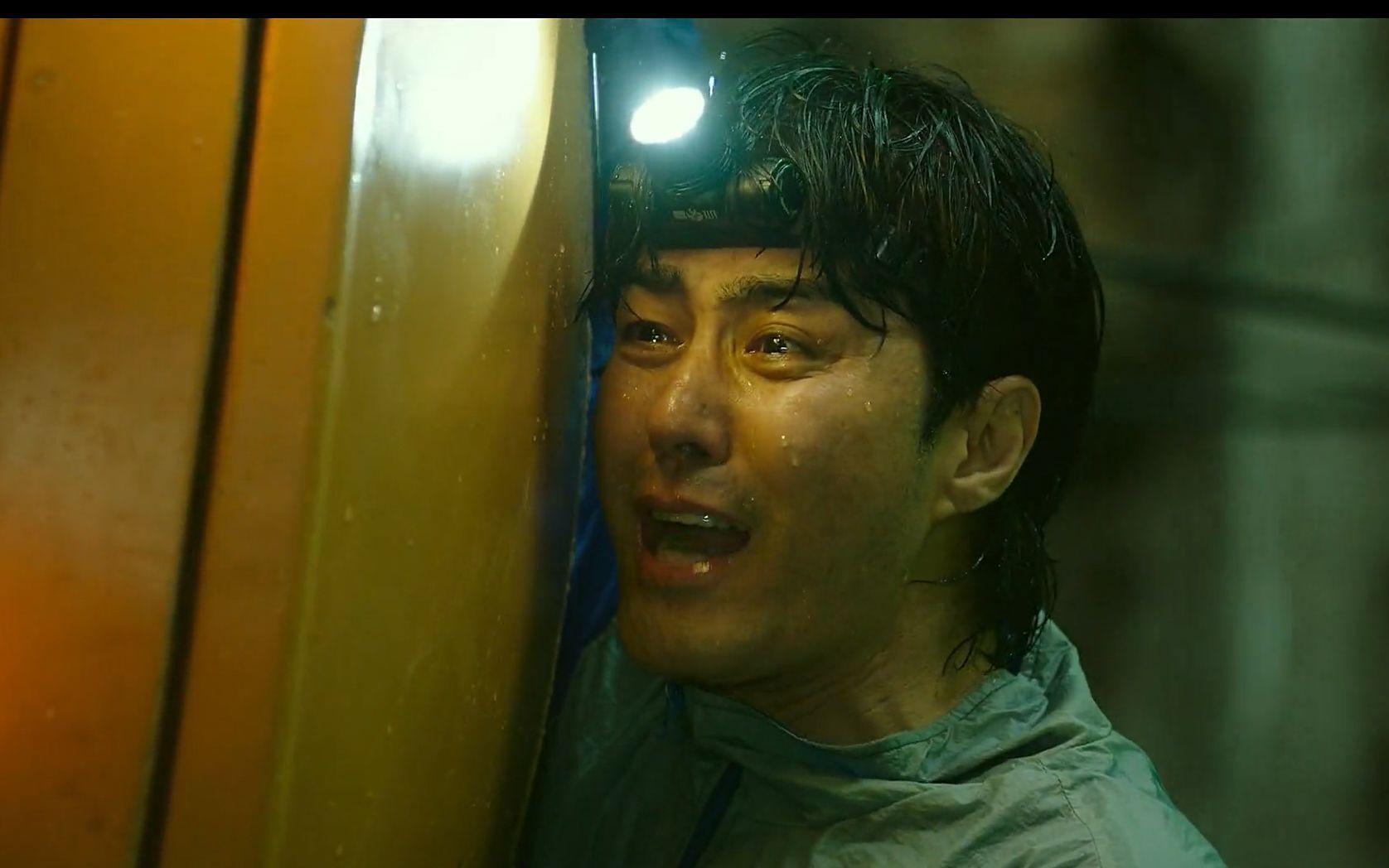 刚买的新楼塌陷到地下500m,被困人员如何求生#2021韩国电影地陷#