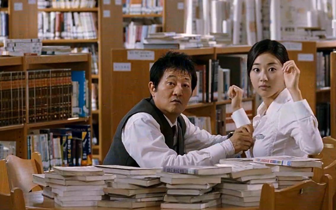 女老师与男同学电影_图书馆男学生给实习女老师按摩被主任抓到,5分钟看实习老师和 ...
