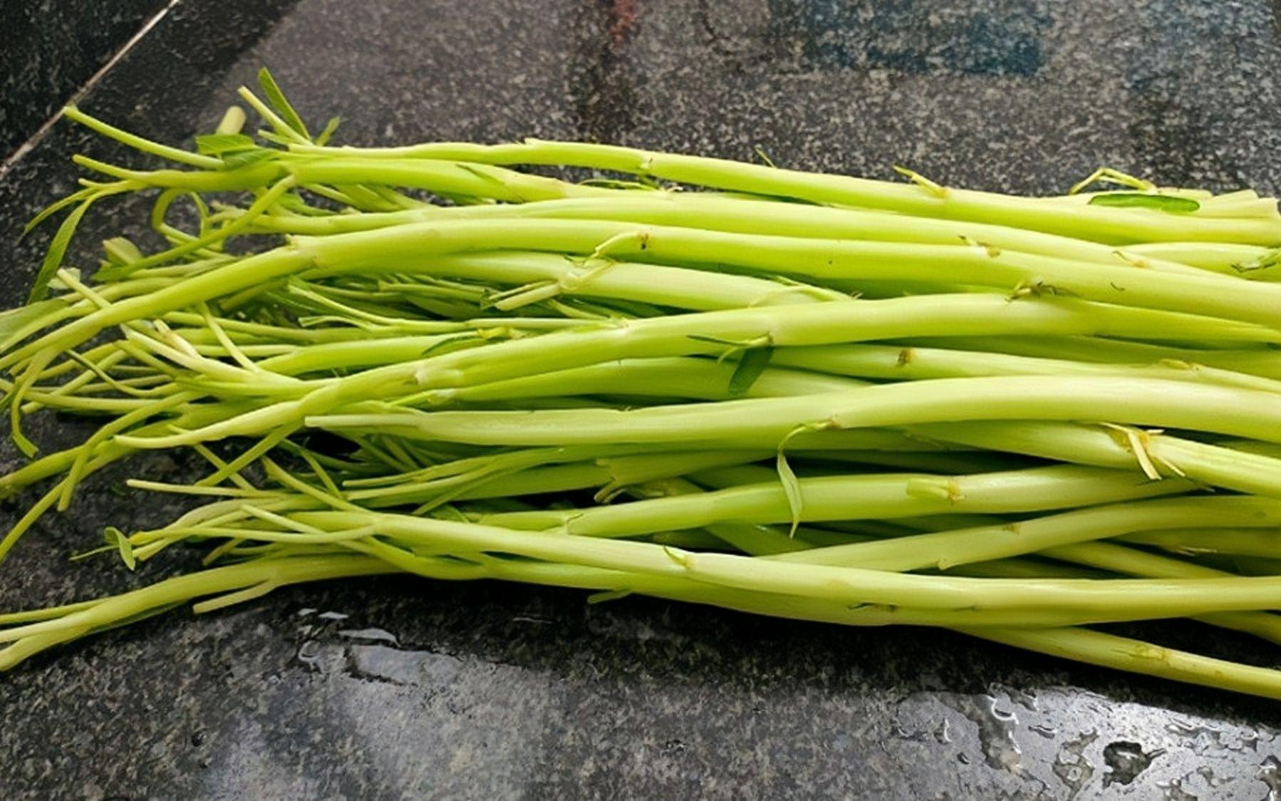 2块钱一把空心菜梗,广西人吃出新花样来,翠绿爽口,好吃开胃