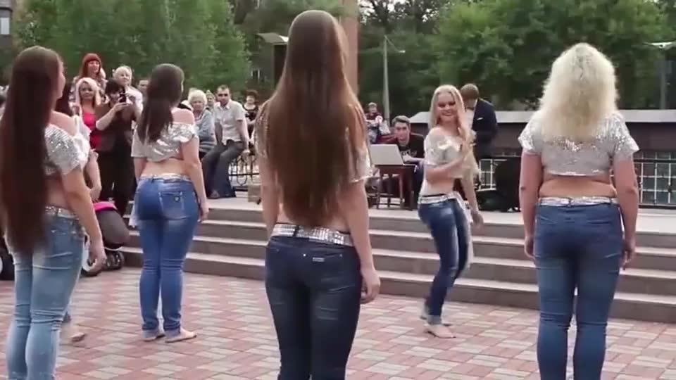 俄罗斯人真豪放,美女跳的舞蹈都这么奔放,看