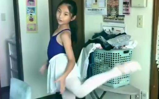 日本小学女生在家中的才艺展示