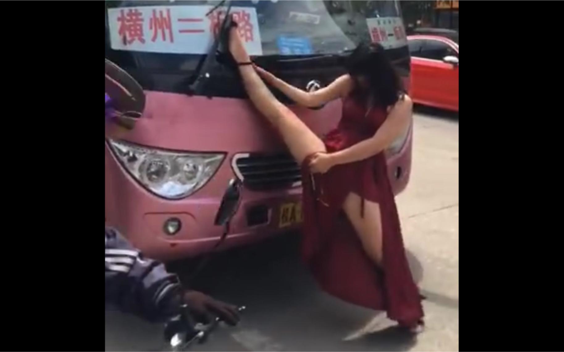红衣跳舞 黯然销魂!南宁一醉女拦停多车 趴车上
