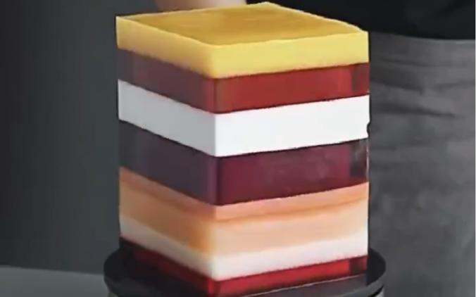 俄罗斯两兄妹开创的糕点公司Tortik Annushka,他们一个是建筑师,一个是美术专业生,两人合作设计制作出的蛋糕非常吸引眼球。