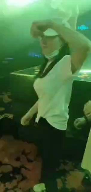 疫情过后酒吧开放,不少美女都在放纵自己放荡